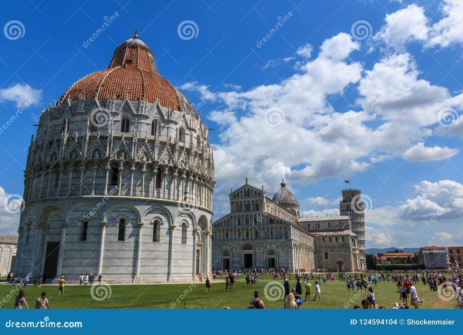 Marktplatz dei Miracoli mit dem lehnenden Turm von Pisa, von Kathedrale von Santa Maria Assunta und von Baptistery Baptistery, To