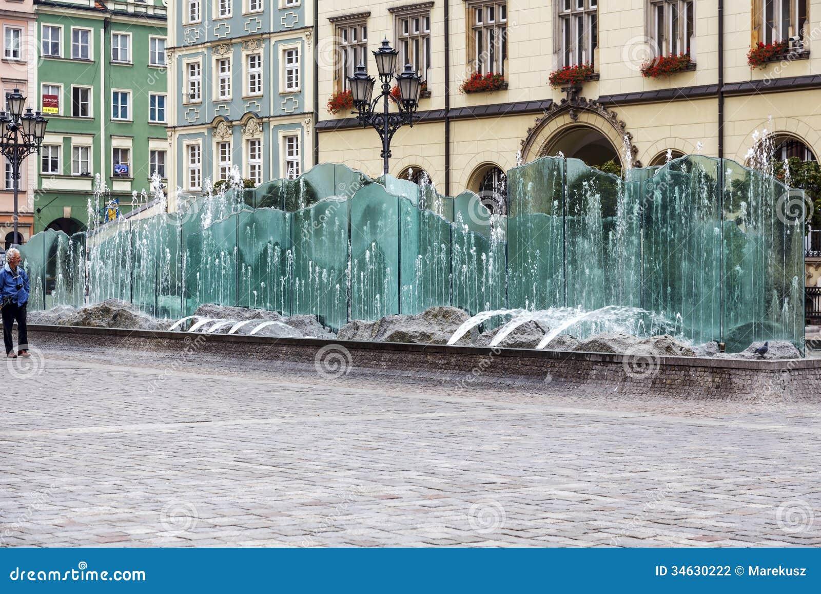 Marktplatz und moderner brunnen in breslau redaktionelles - Brunnen modern ...