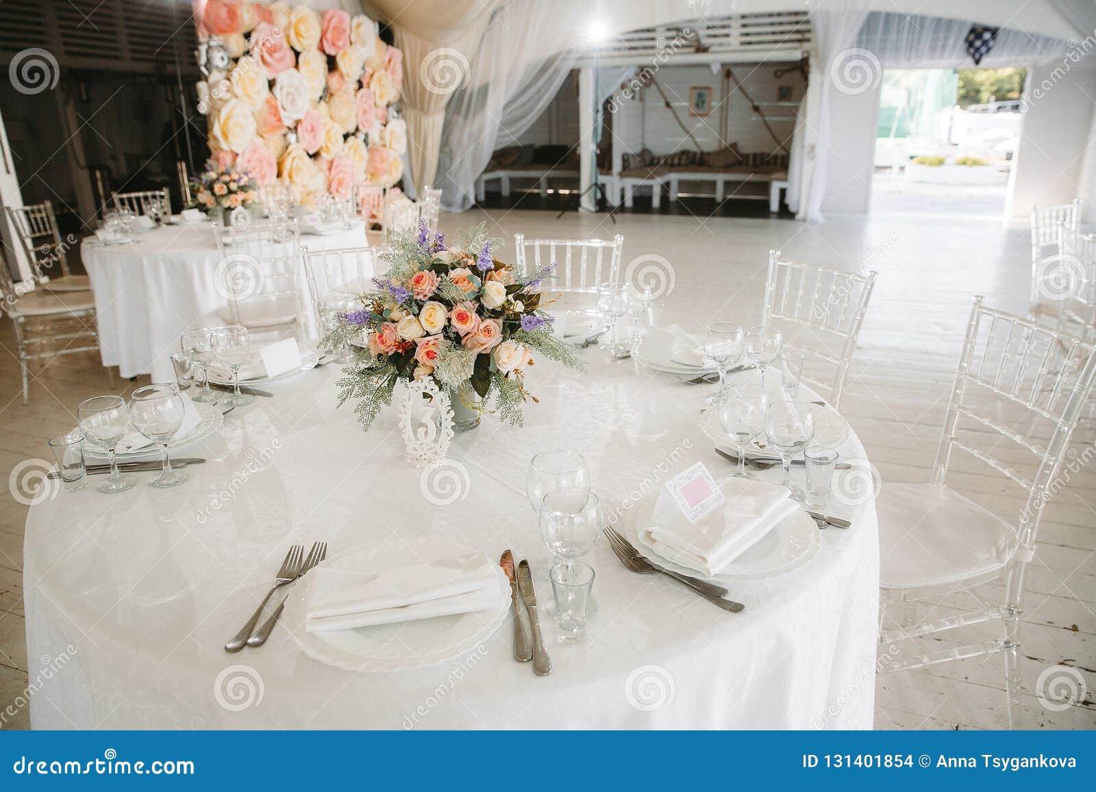 Markttent voor de viering van het huwelijk Mooi wit binnenland