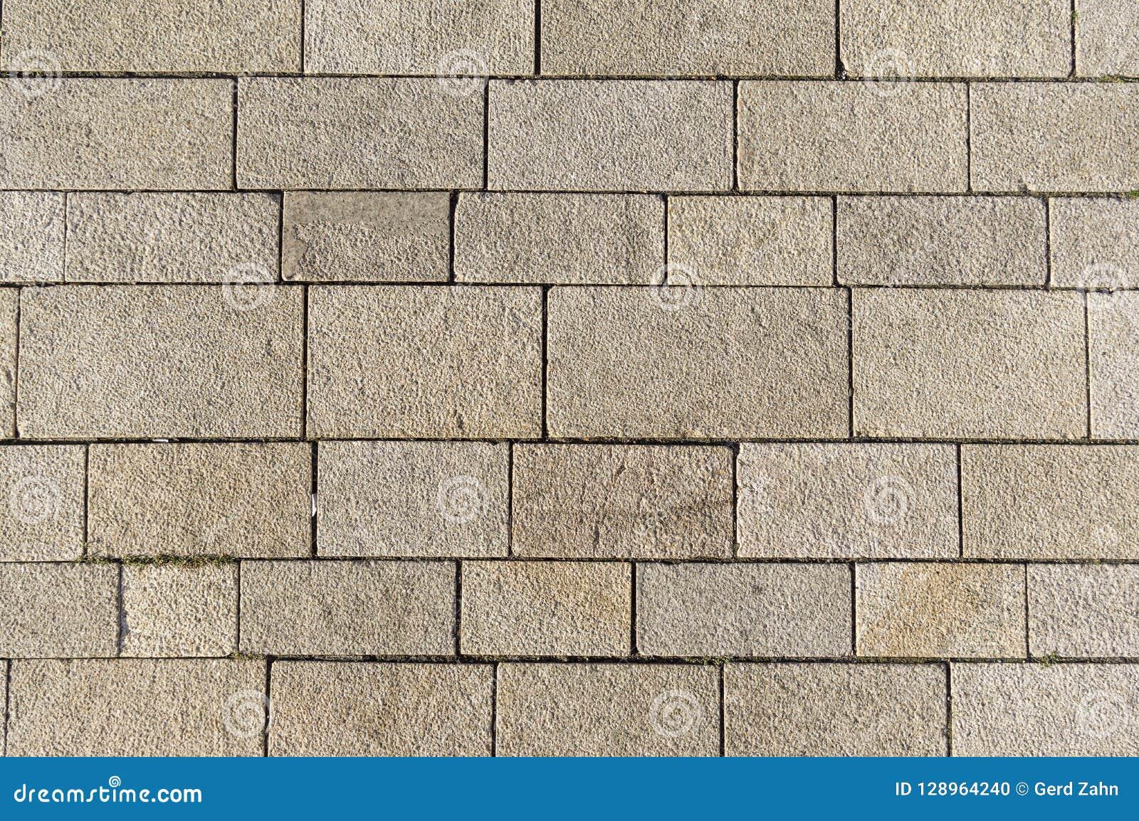 Marktvierkant met verschillend gerangschikte concrete blokken en verbindingen
