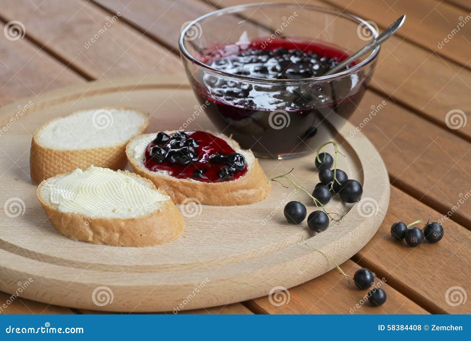 marmelade der schwarzen johannisbeere mit brot und butter stockfoto bild 58384408. Black Bedroom Furniture Sets. Home Design Ideas