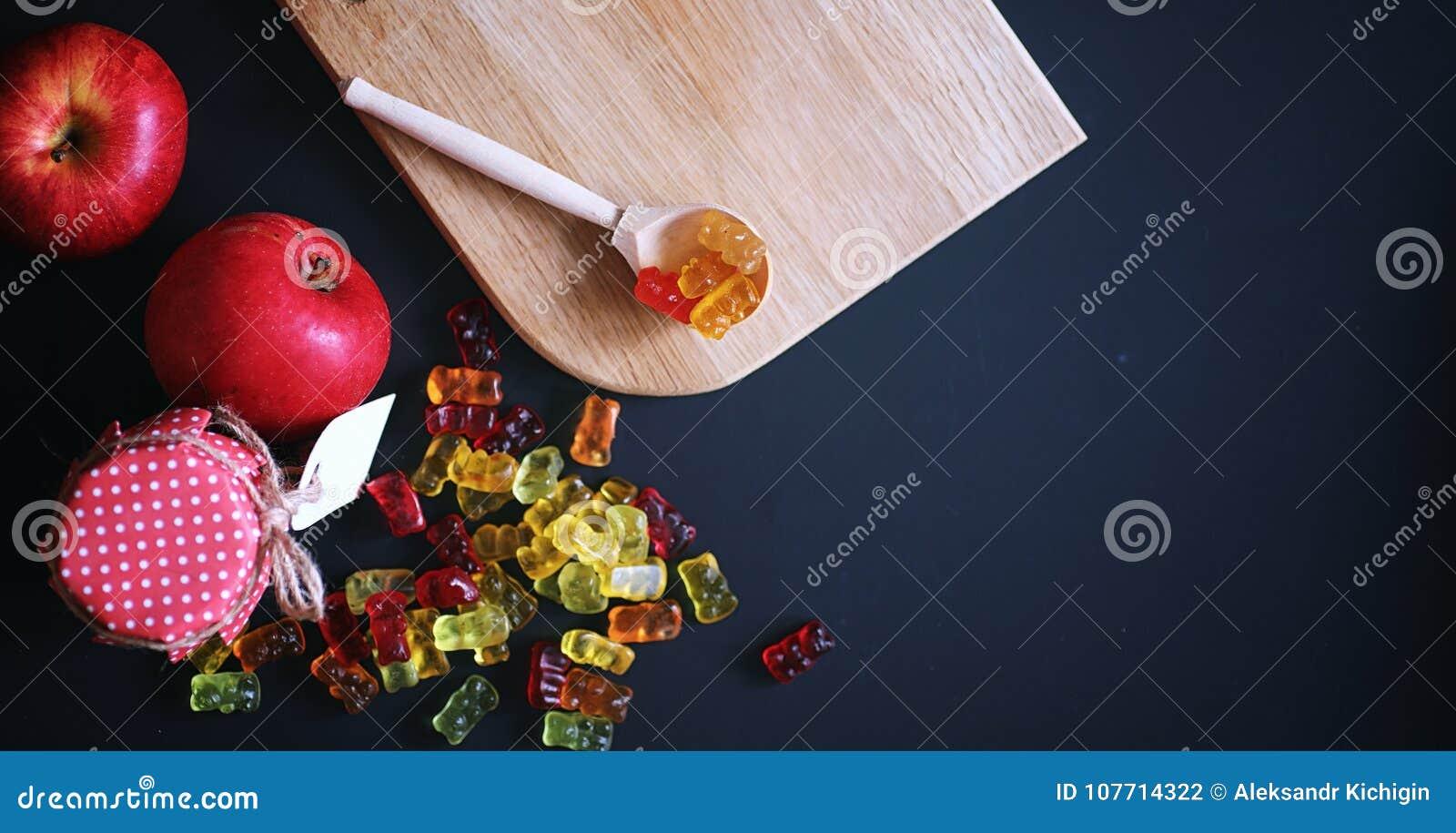 Marmelade in een vaas op de lijst Snoepjes in een kom op zwarte bedelaars