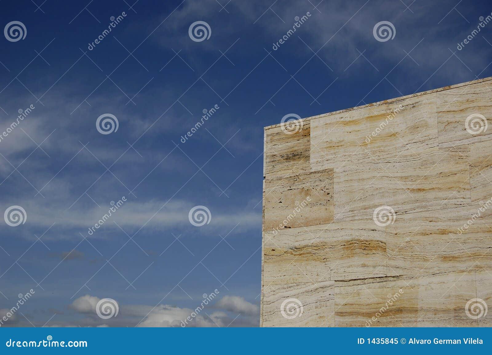 Marmer tegengesteld aan blauwe hemel