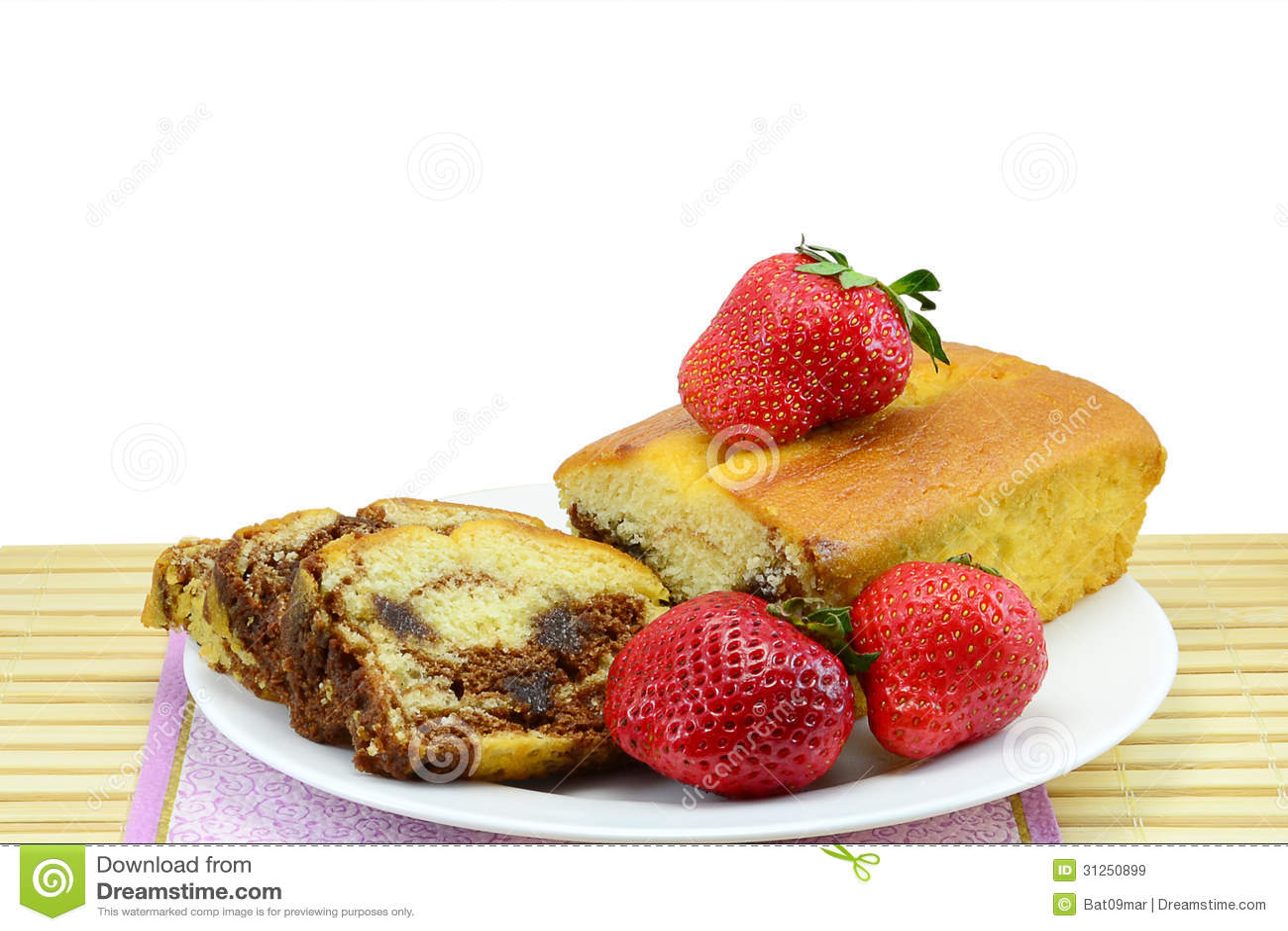 Marmerbiscuitgebak en aardbeien