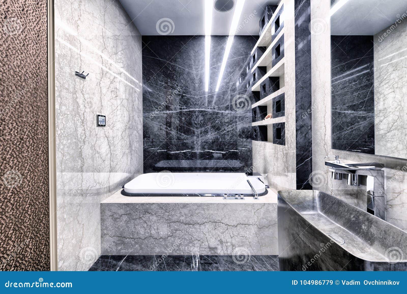 Bagni In Marmo Nero : Marmo in bianco e nero allinterno di un bagno moderno in un