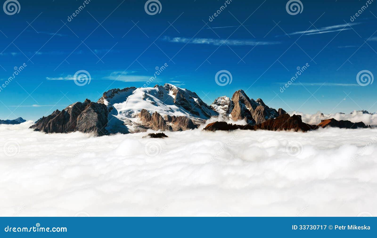 Marmolada - горный пик вытекает от облаков