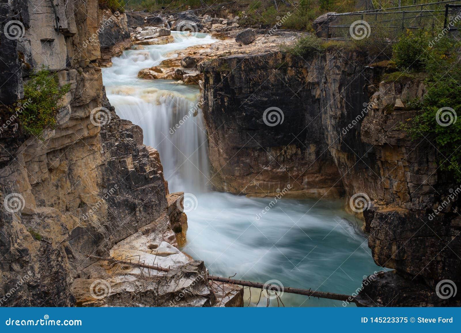 Marmorschlucht-Wasserfall, Nationalpark Kootenay, Kanada in vollem Umfang, genommen mit einer langen Belichtung, um auszugleichen