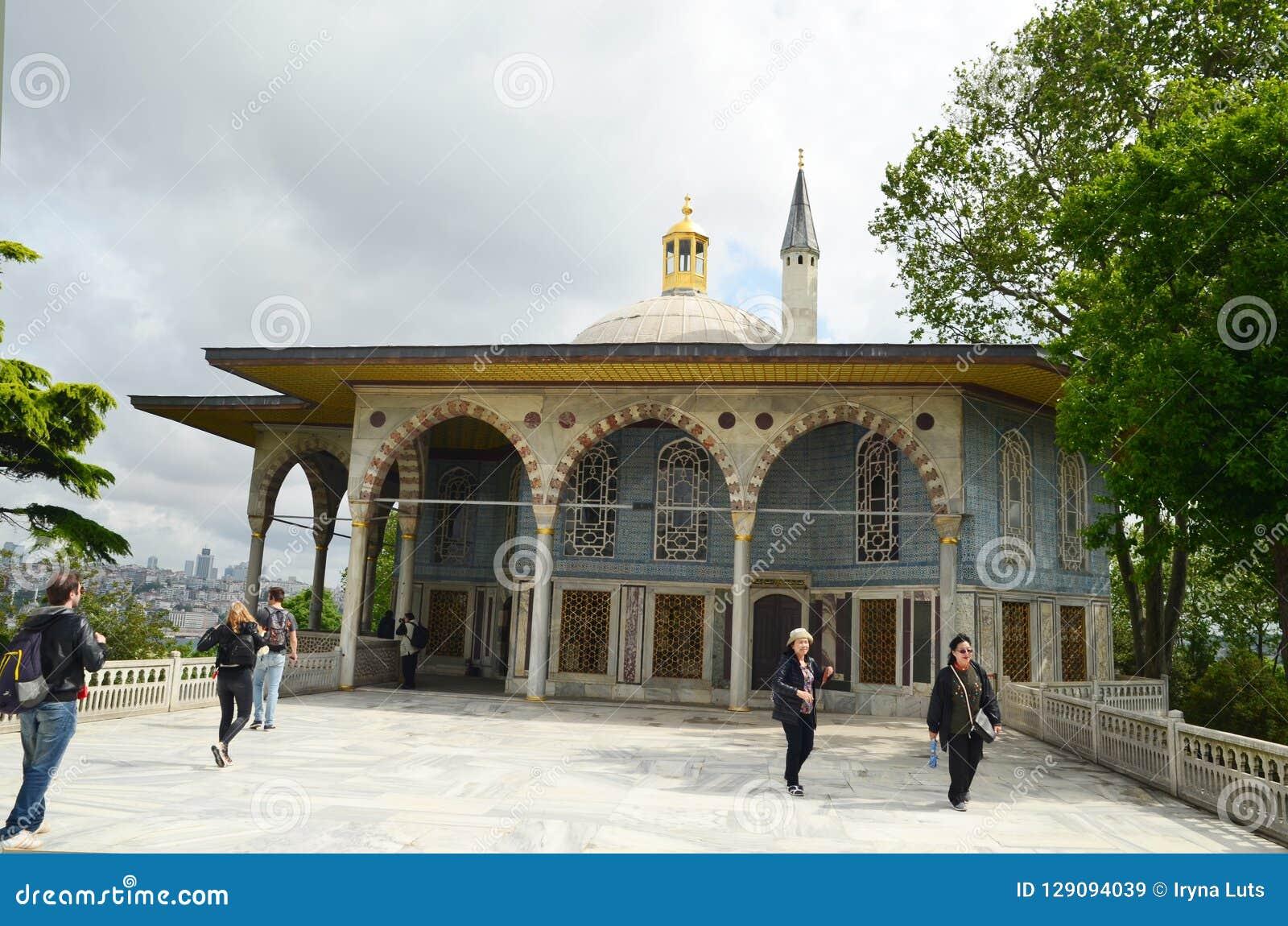 Marmorterrass med den Baghdad kiosket och I av den Topkapi slotten, Istanbul, Turkiet