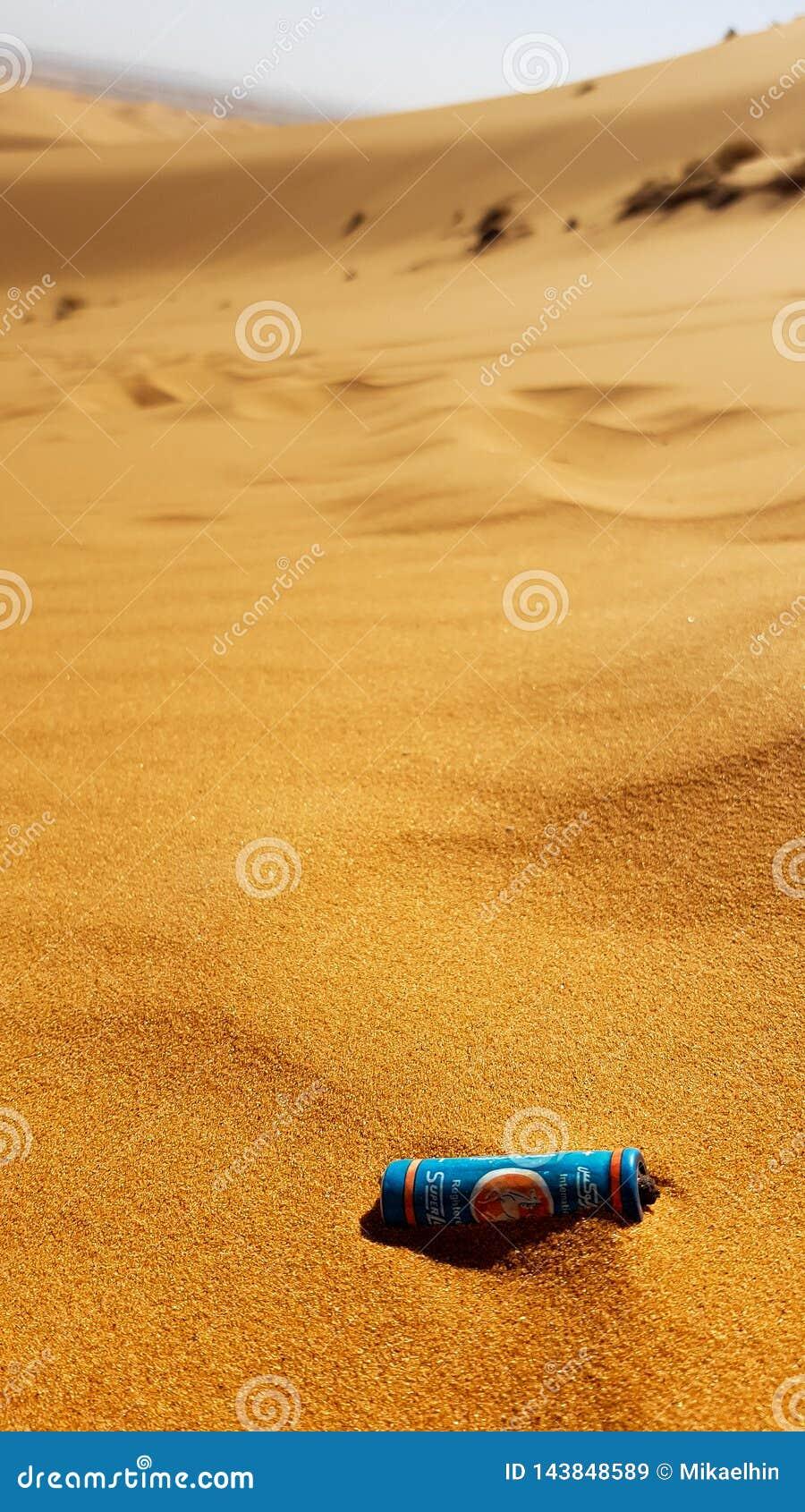 MAROCCO - 9 DE MARZO DE 2018: Litera en el desierto, bater?a en la arena en el desierto