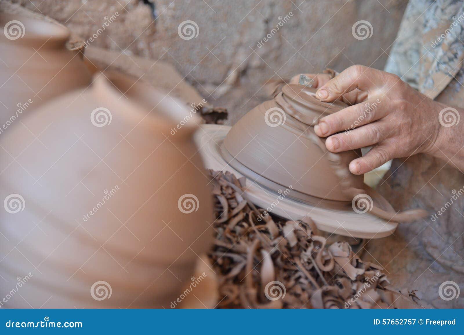 Marokański rzemieślnik rzuca glinianego garnek na garncarki kole