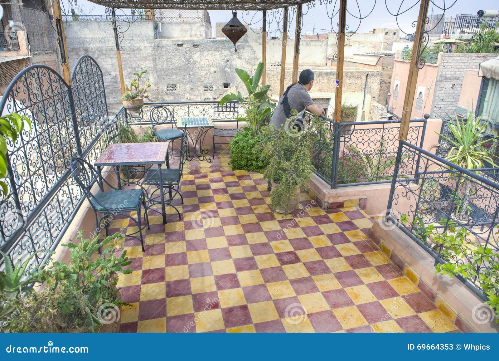 Marokkaans terras marakech stock afbeelding afbeelding 69664353 - Tuin marokkaans terras ...