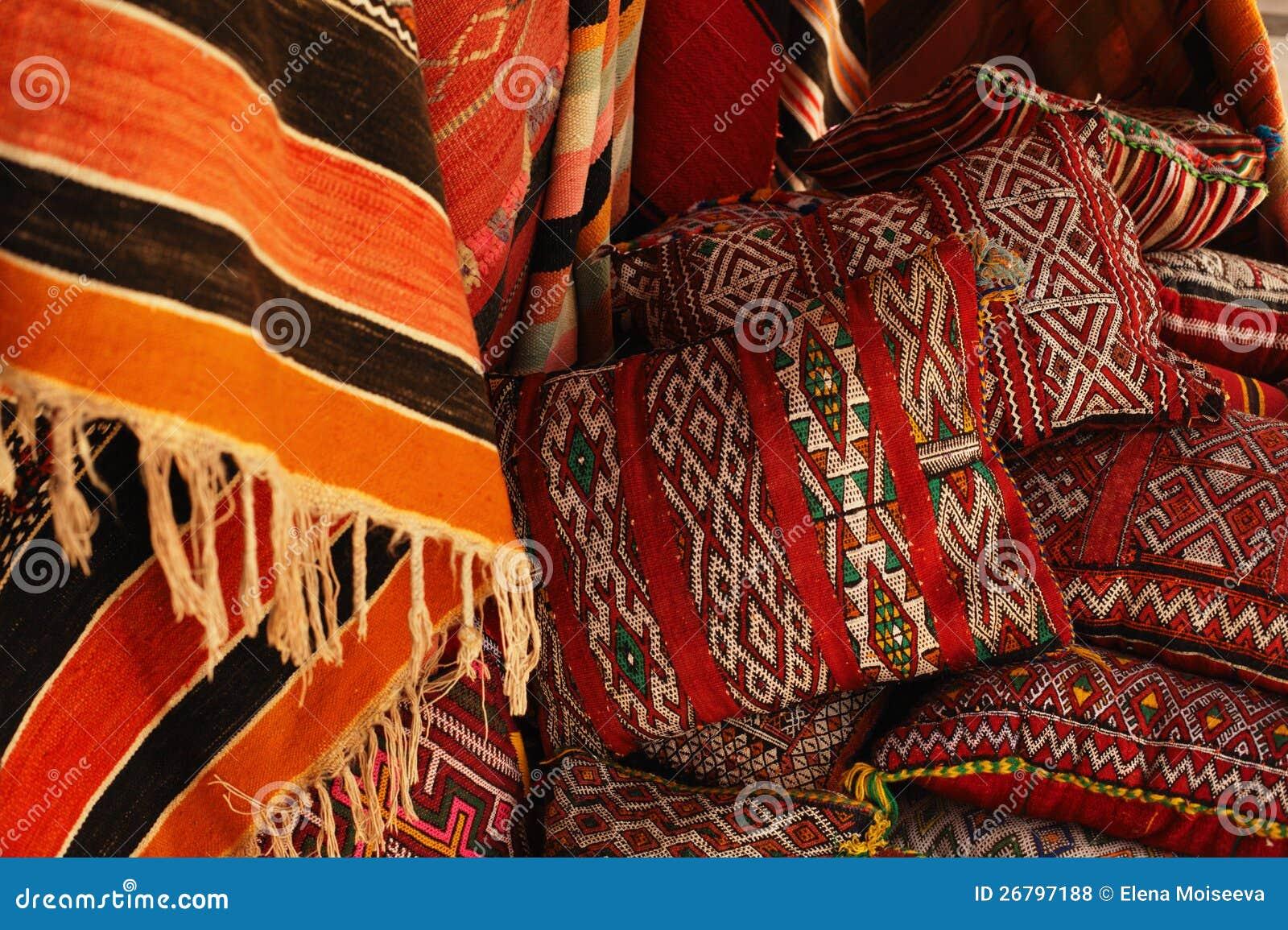 marokkaanse kussens in een straatwinkel royaltyvrije