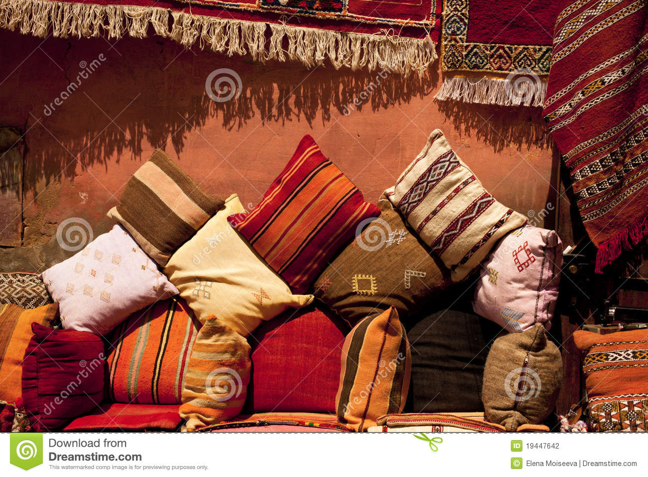 marokkanische kissen in einer stra e kaufen im medina souk stockfotografie bild 19447642. Black Bedroom Furniture Sets. Home Design Ideas