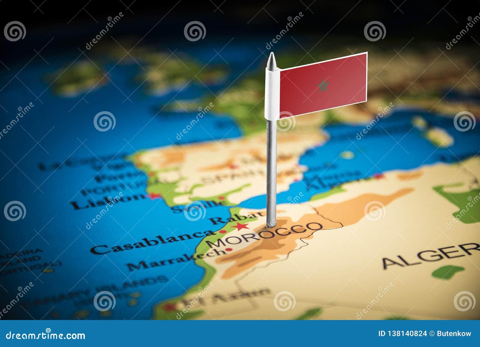 Marokko markierte mit einer Flagge auf der Karte