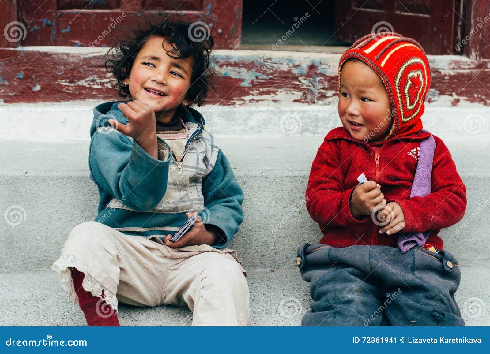 Marpha -第27 4月, 2015年-两未认出的孩子在村庄Marpha,尼泊尔