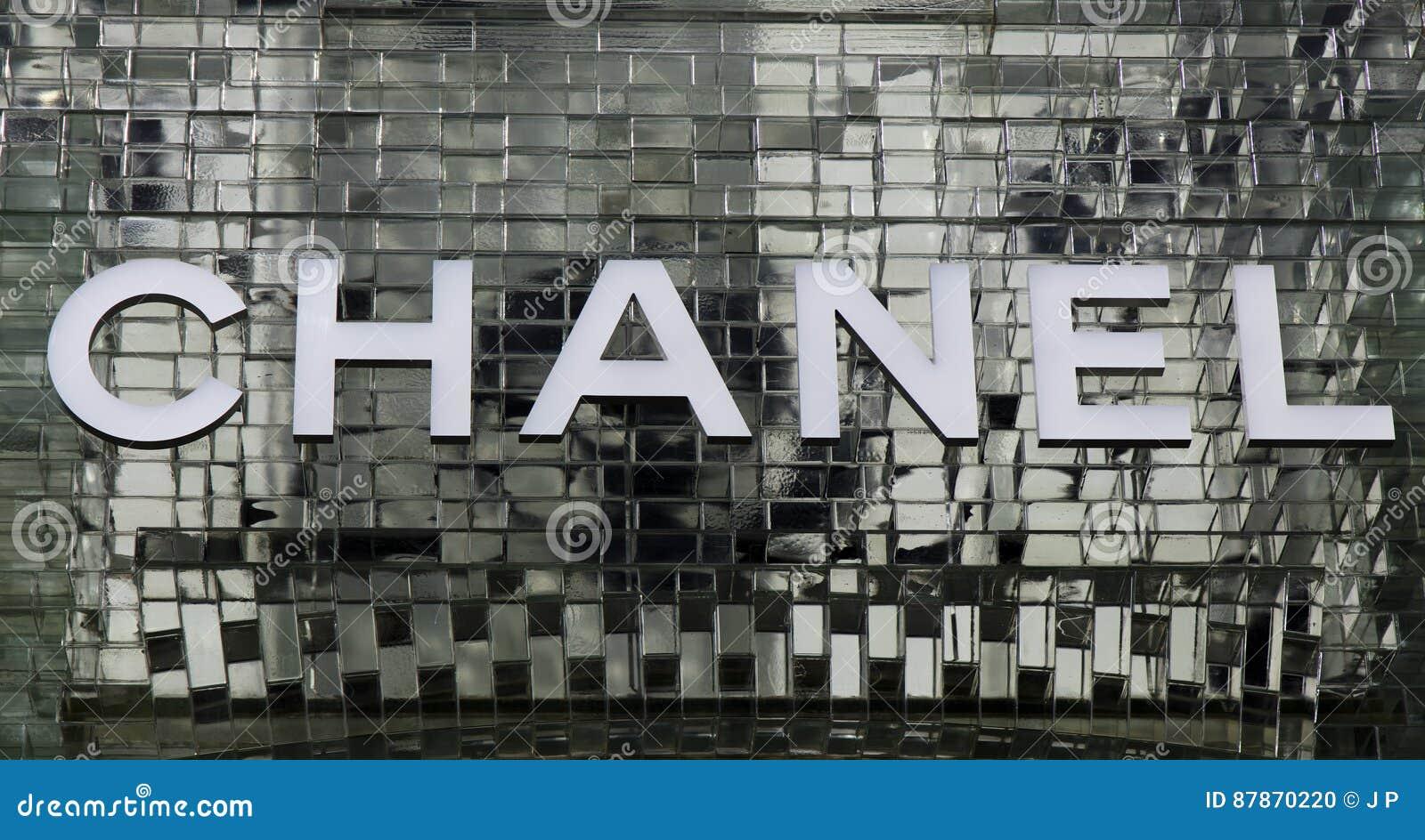 Marque Avec Des Lettres Le Chanel Sur Un Mur De Verre A Amsterdam Image Editorial Image Du Amsterdam Verre 87870220