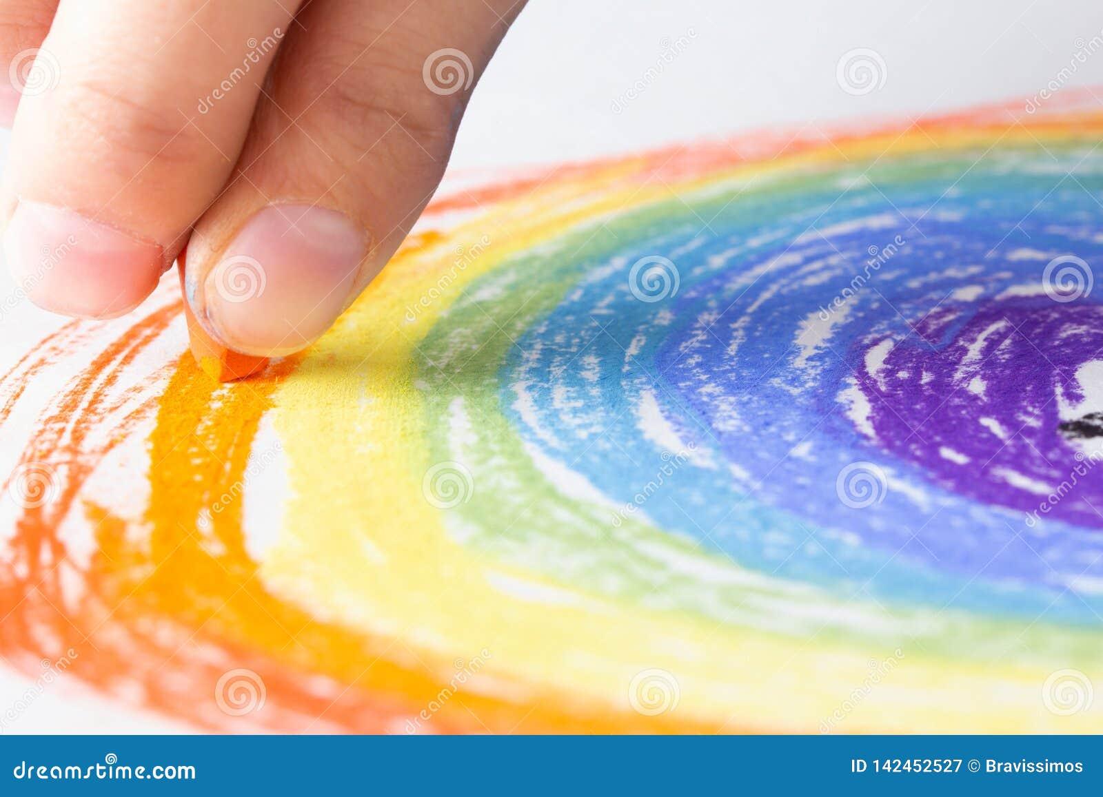 Marque el arte con tiza en el fondo del papel y el arco iris del dibujo, creativos
