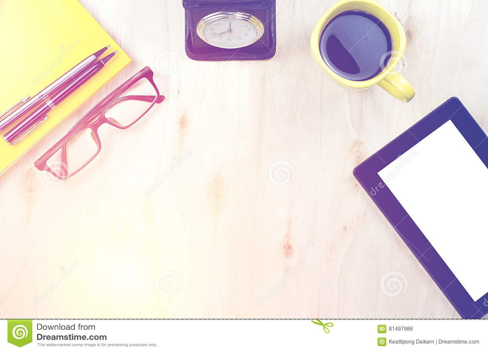 Marque o PC com tela vazia e uma xícara de café, pena em n amarelo