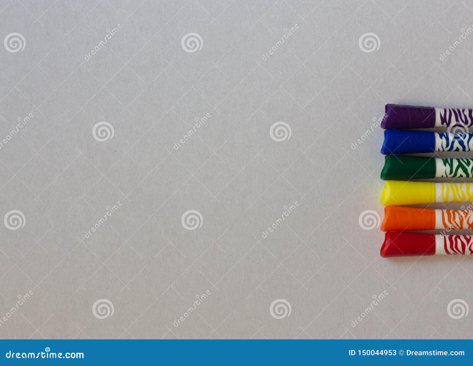 Marqueurs colorés de LGBT sur un plan rapproché blanc de fond