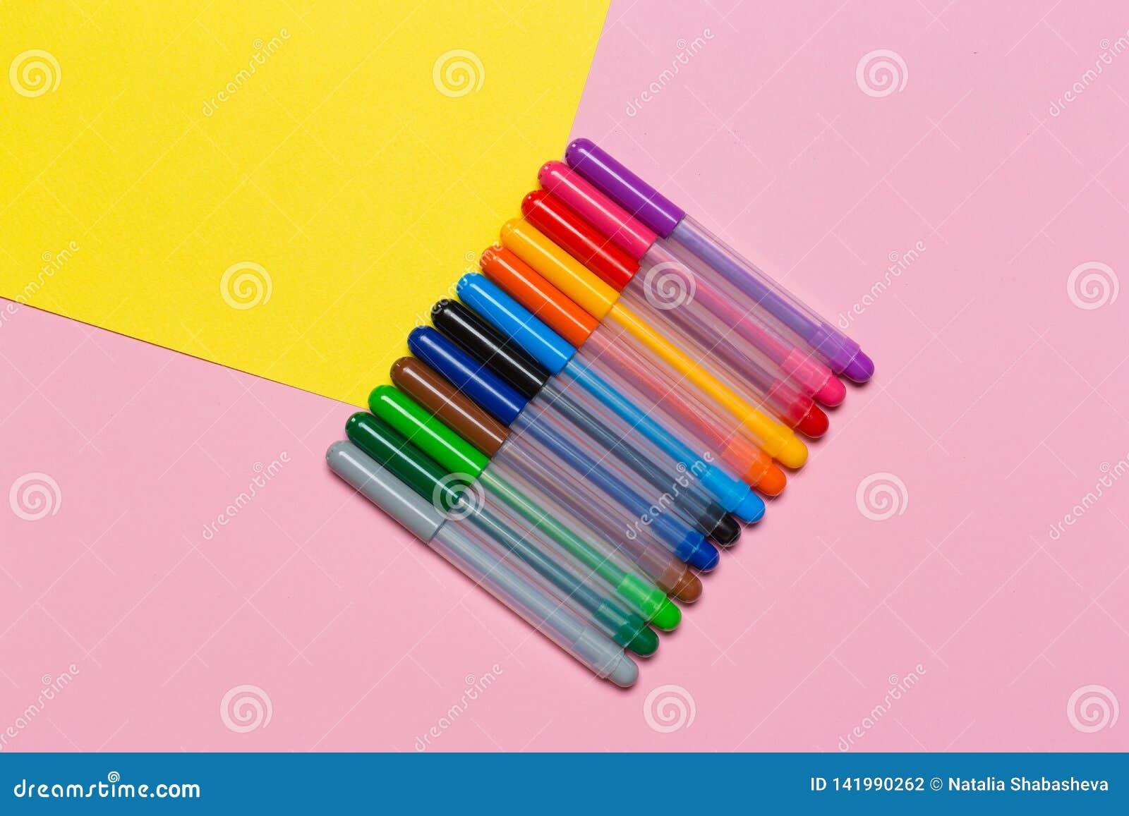 Marqueurs multicolores sur un fond coloré