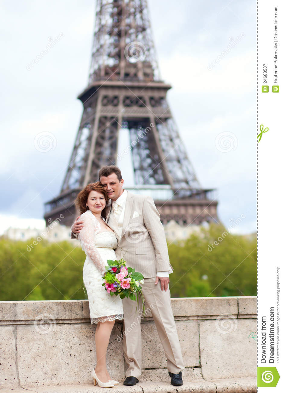 married couple in paris posing near eiffel tower stock image image 24688507. Black Bedroom Furniture Sets. Home Design Ideas