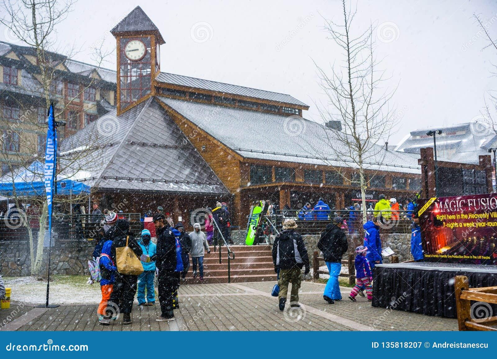 24 mars 2018 le lac Tahoe du sud/CA/Etats-Unis - gatheres de personnes autour du point de départ merveilleux de Ski Gondola un ma