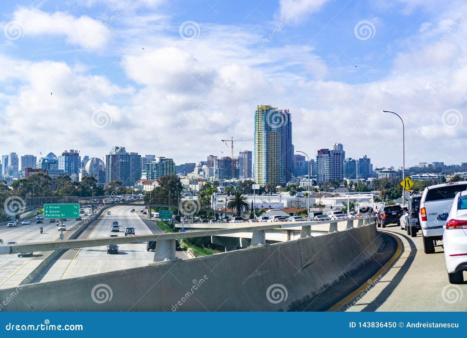 Mars 19, 2019 San Diego/CA/USA - resande in mot det San Diego centret från den Coronado ön