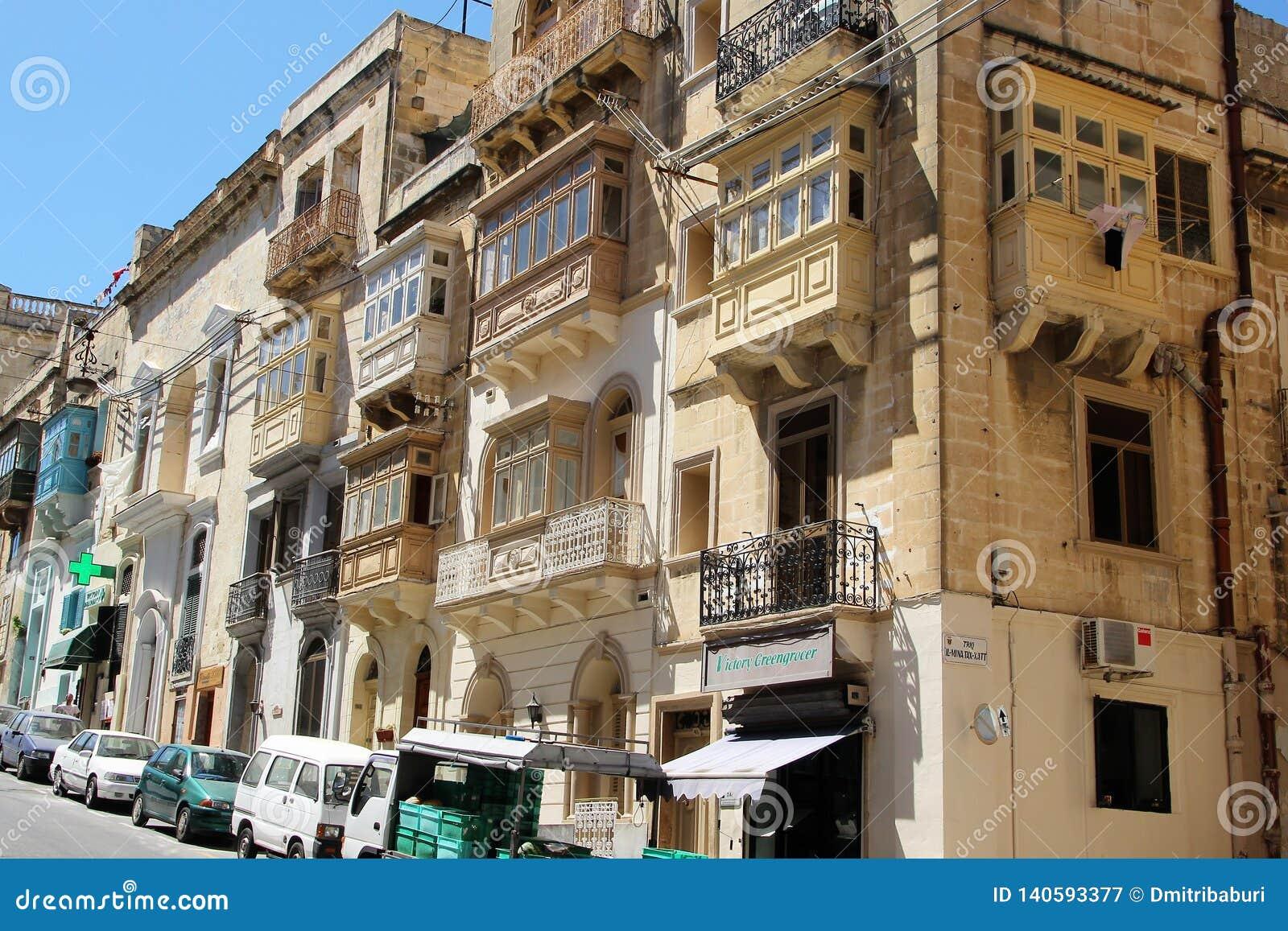 Marsaskala Malta, Juli 2016 Typisk arkitektur av en liten maltesisk stad