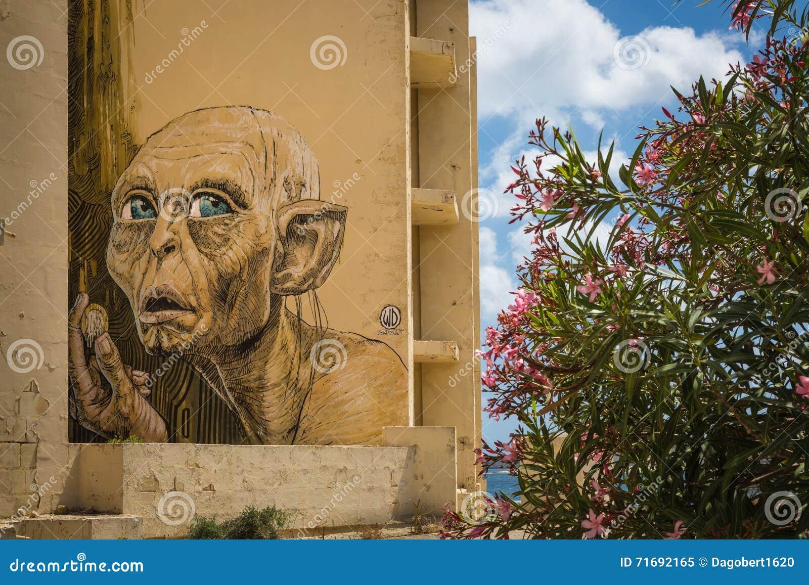 Marsaskala Malta - 03 Maj 2016: Grafitti på en byggnad under Co