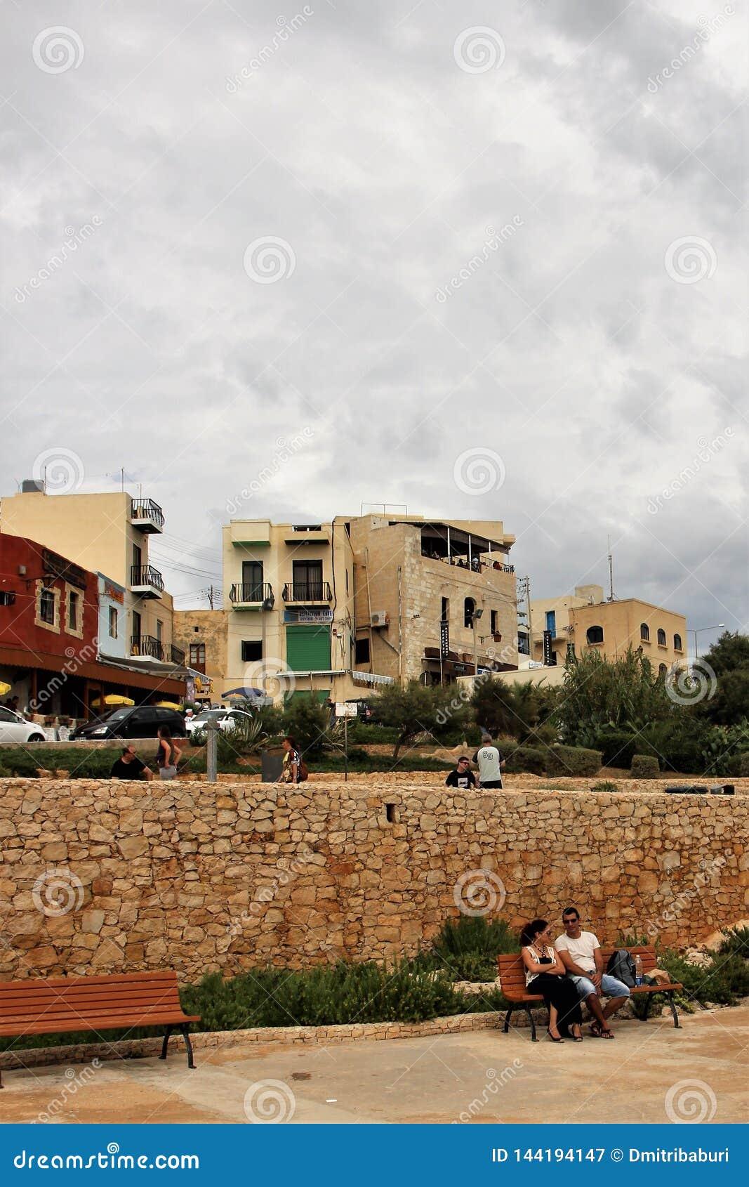 Marsaxlokk, Malta, Augustus 2015 De mensen in een kleine stad verwachten een onweersbui op het eiland