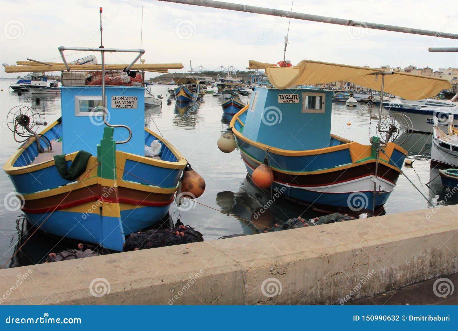 Marsaxlokk, Malta, luglio 2014 Barche multicolori lungo la fine dell argine su
