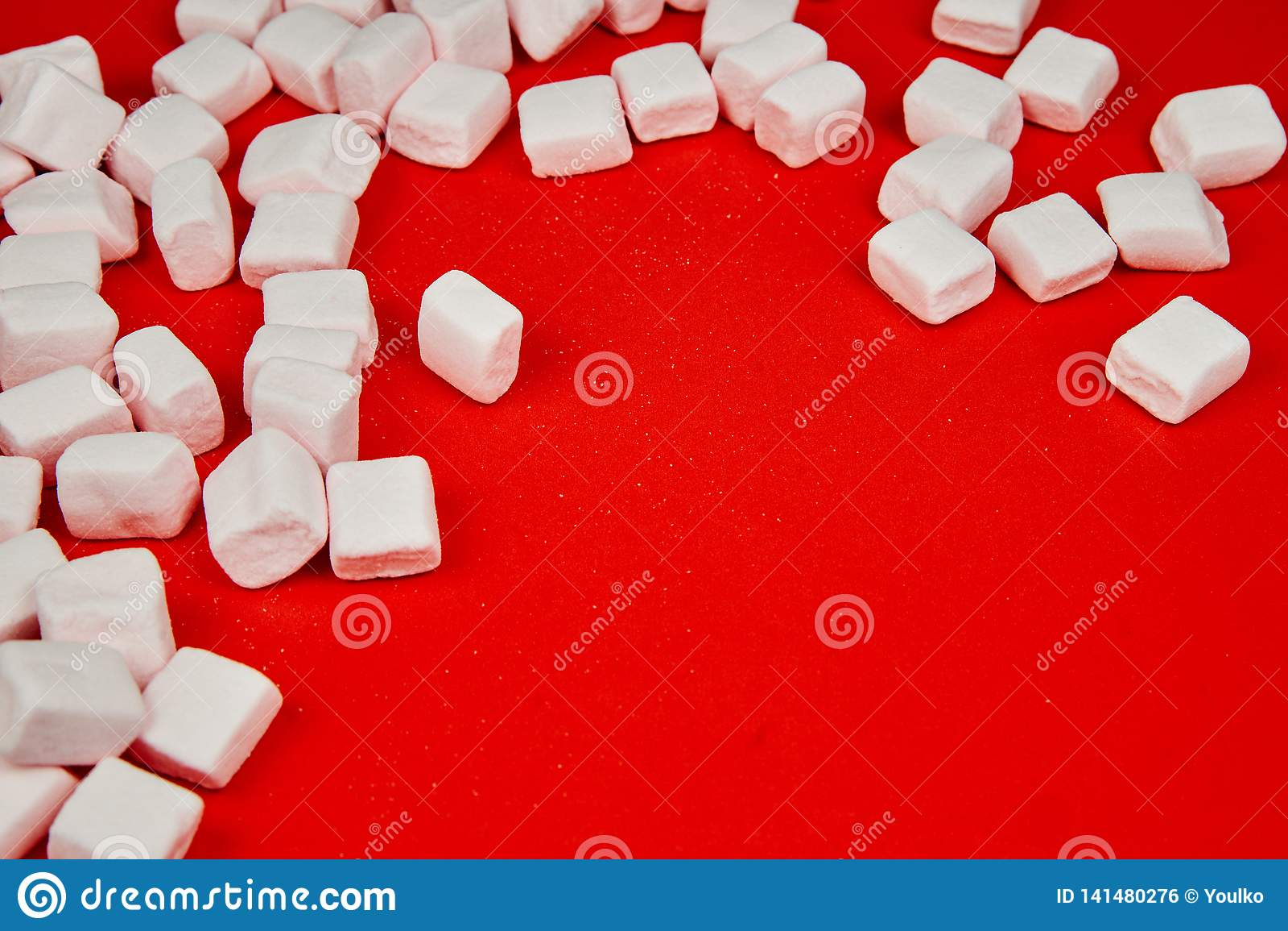 Marshmallow cor-de-rosa no fundo vermelho Valentine& x27; dia de s