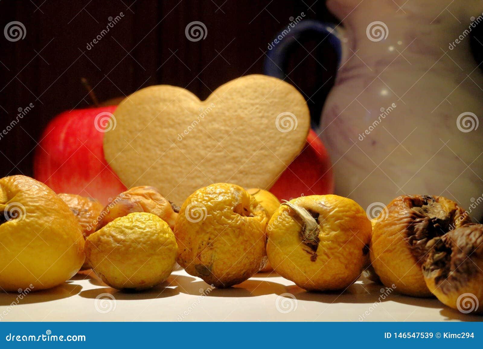 Marszcząca i stronniczo przegniła pigwy owoc na kuchennym countertop