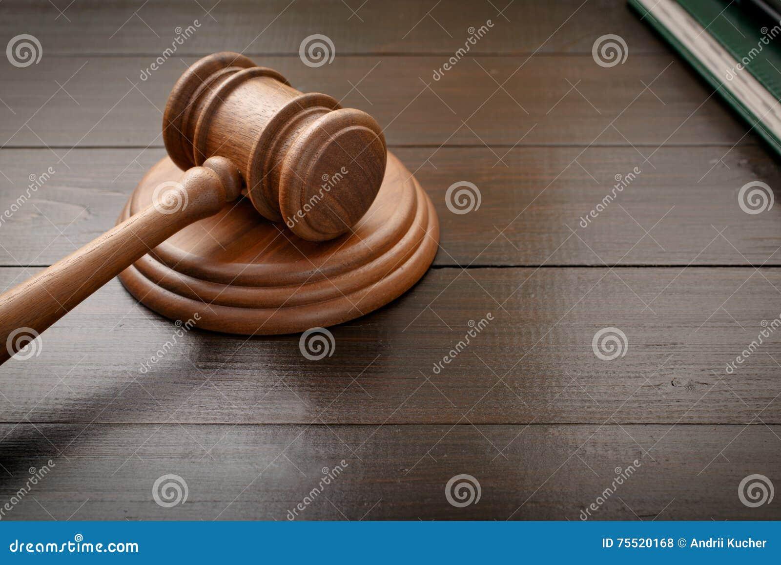 Marteau de juge sur le bureau en bois laqué par brun photo stock