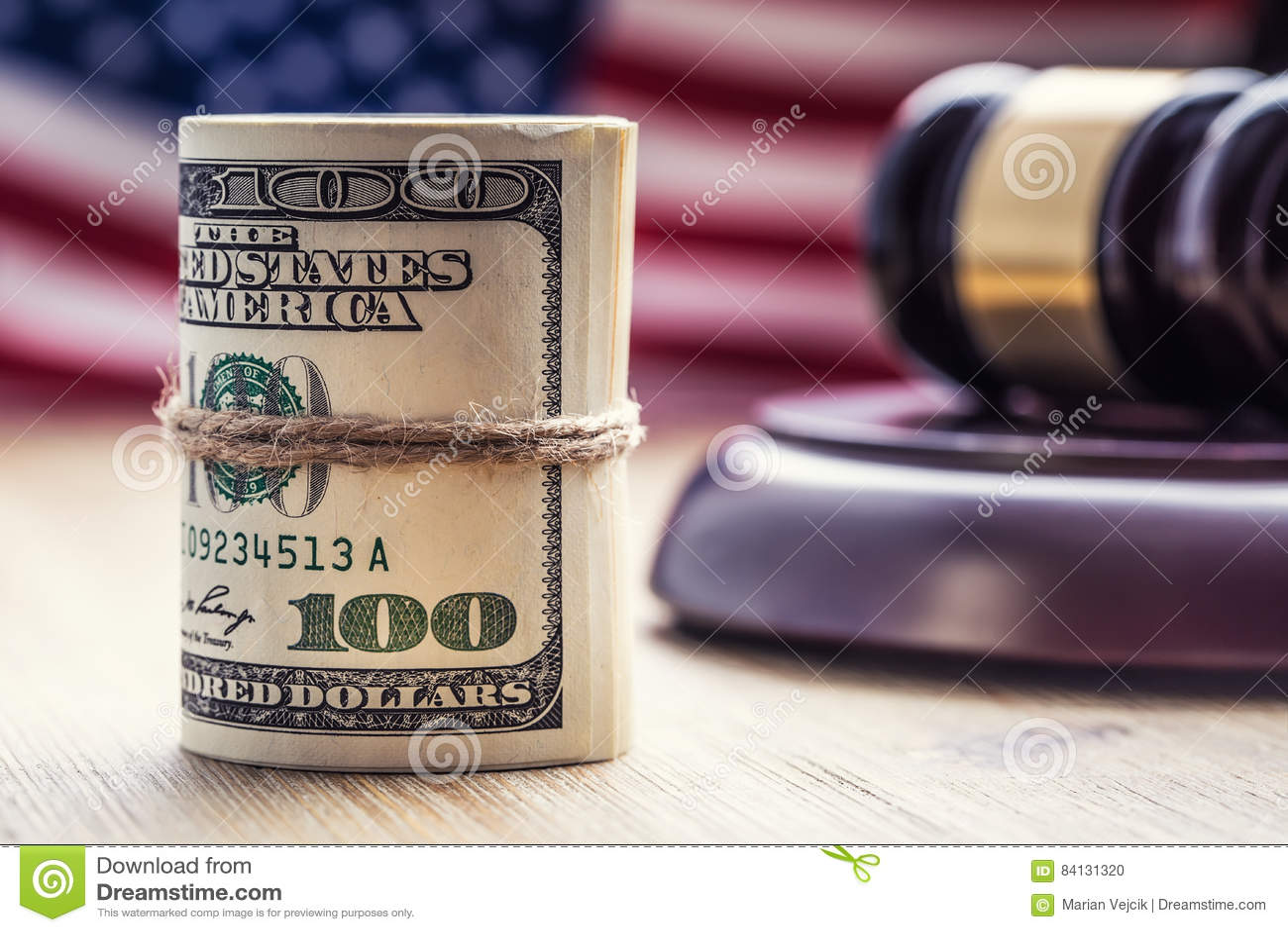 Marteau de marteau du ` s de juge Billets de banque des dollars de justice et drapeau des Etats-Unis à l arrière-plan Marteau de