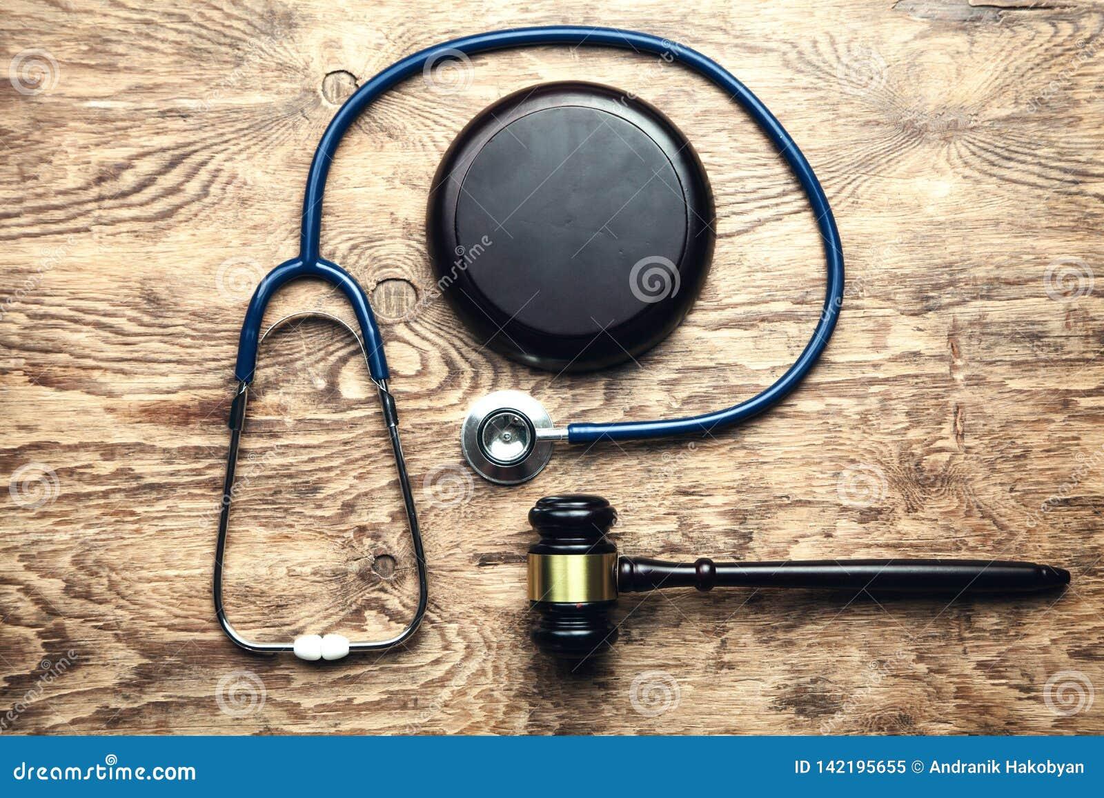 Martelo do juiz com estetoscópio Lei médica
