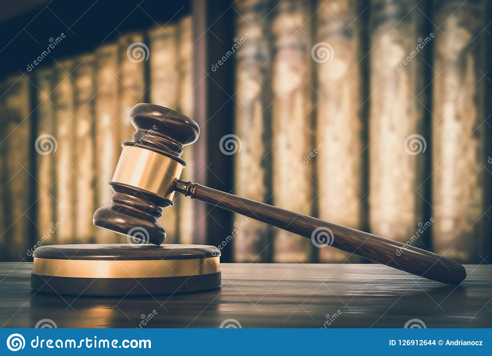 Martelo e livros de lei de madeira no escritório de advogados - estilo retro