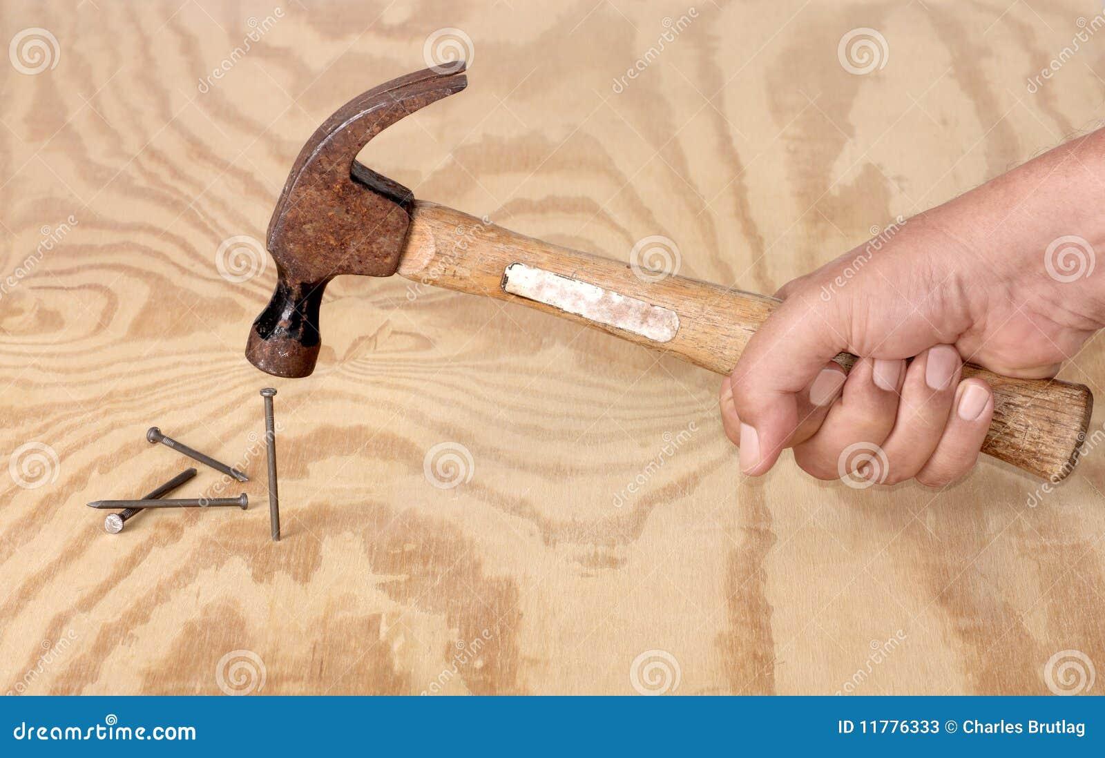 Martilleo de clavos fotos de archivo imagen 11776333 - Clavos para madera ...