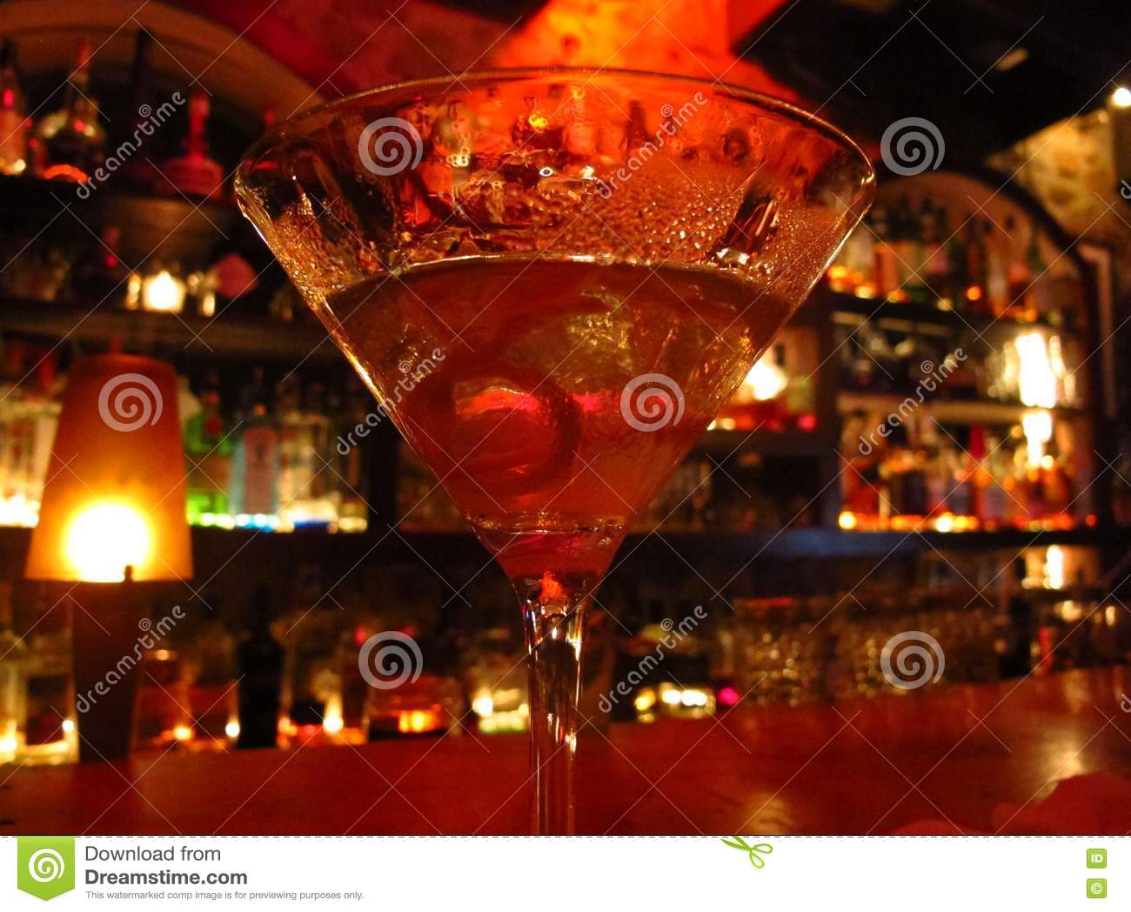 Martini κοκτέιλ σε έναν ρομαντικό φωτισμό φραγμών