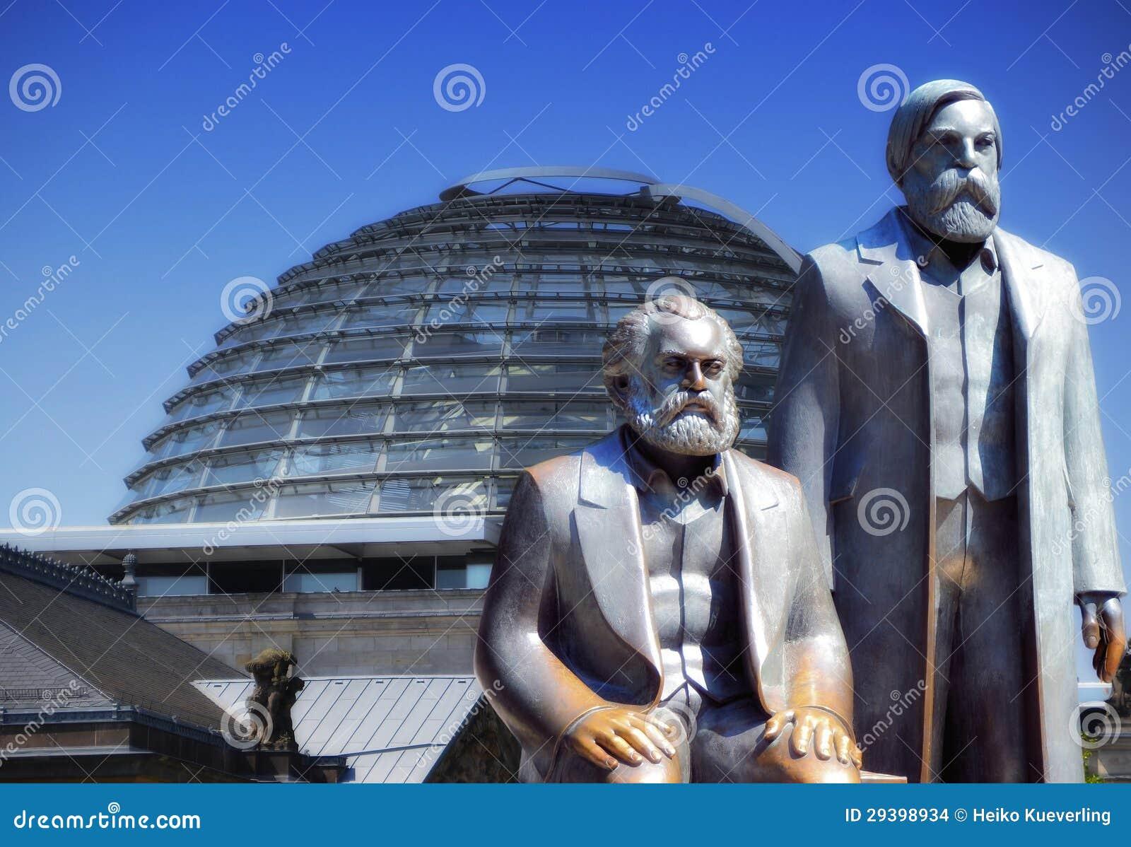 Marx och Engels och Reichstagen i Berlin