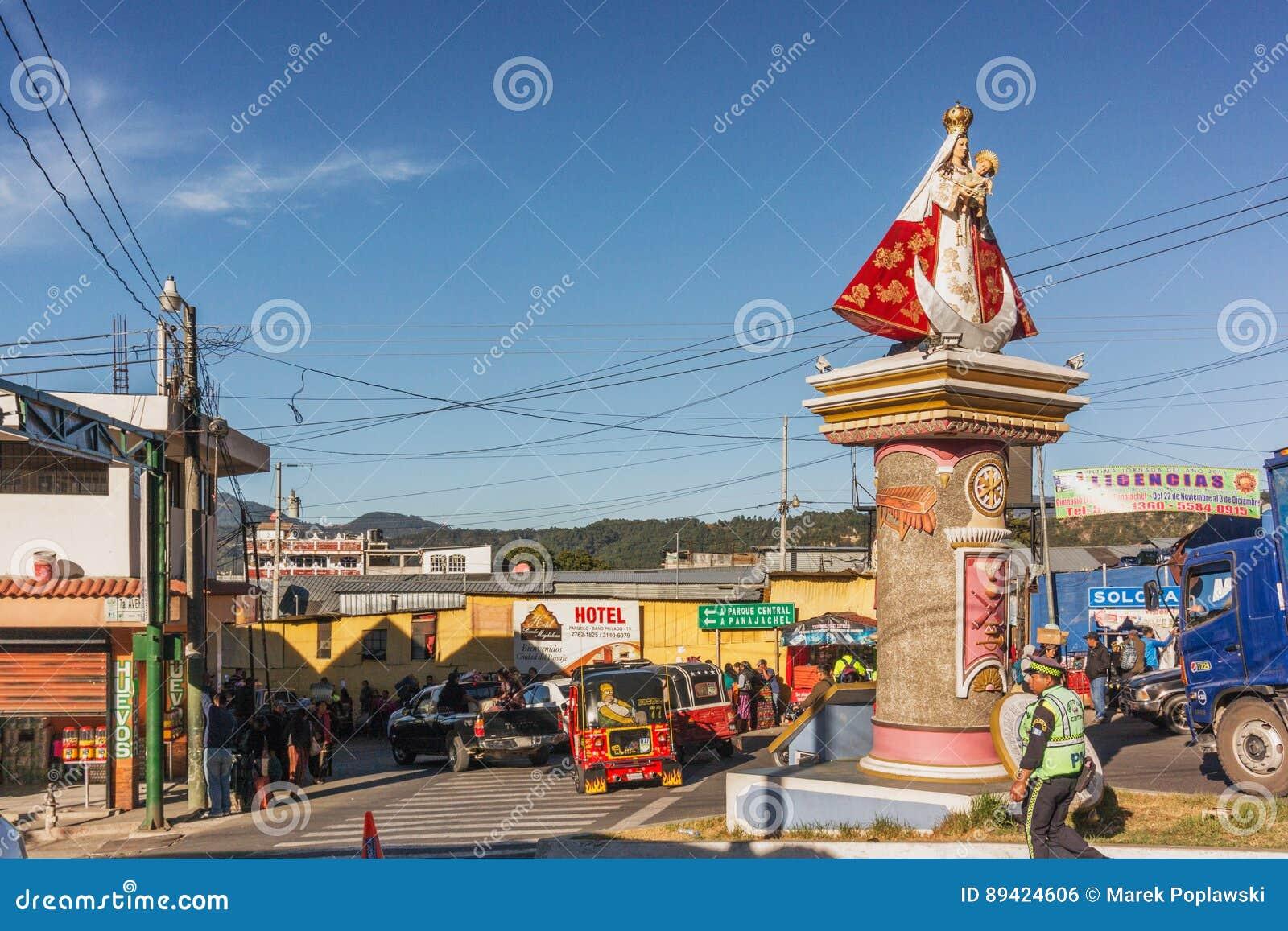 Mary com a estátua de Jesus do bebê na interseção das estradas em Solola,