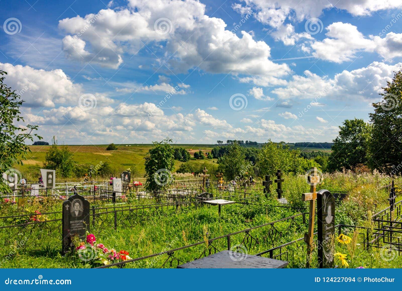 Maryino, Rusland - Augustus 2018: Russische Orthodoxe begraafplaats