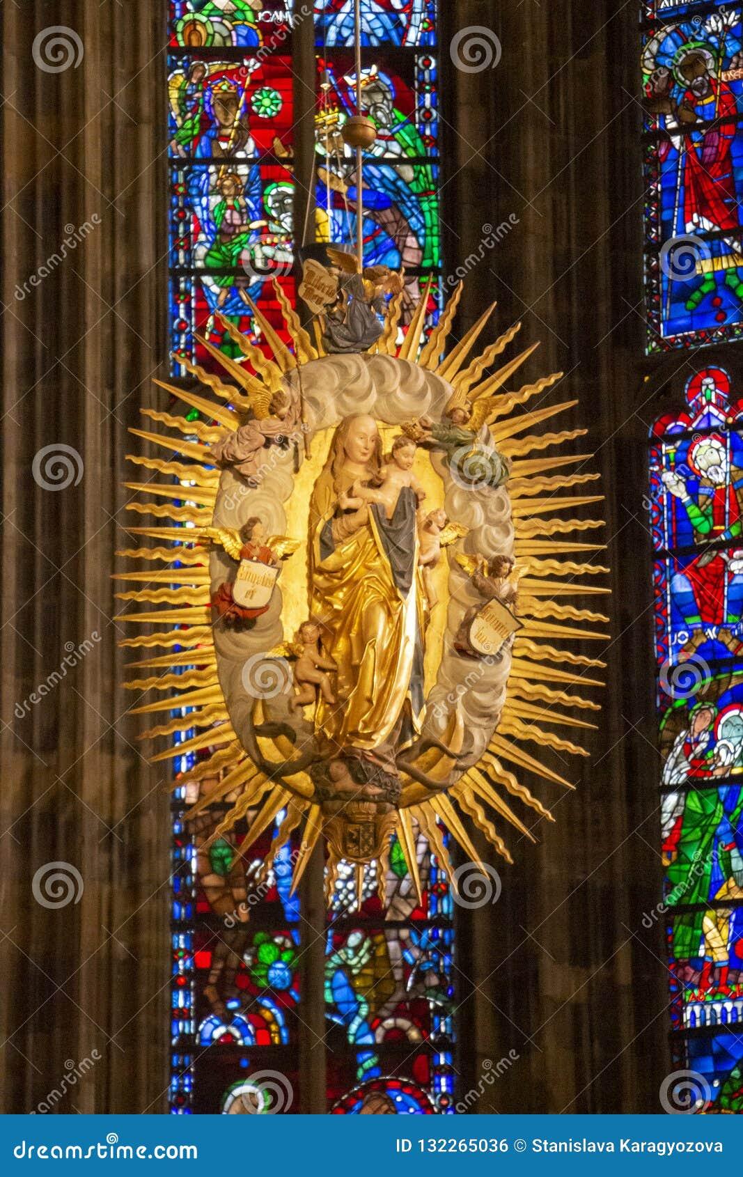Maryja Dziewica z dzieckiem w Gockim chorze Aachen katedra przeciw kolorowym witraży okno w Aachen Niemcy,