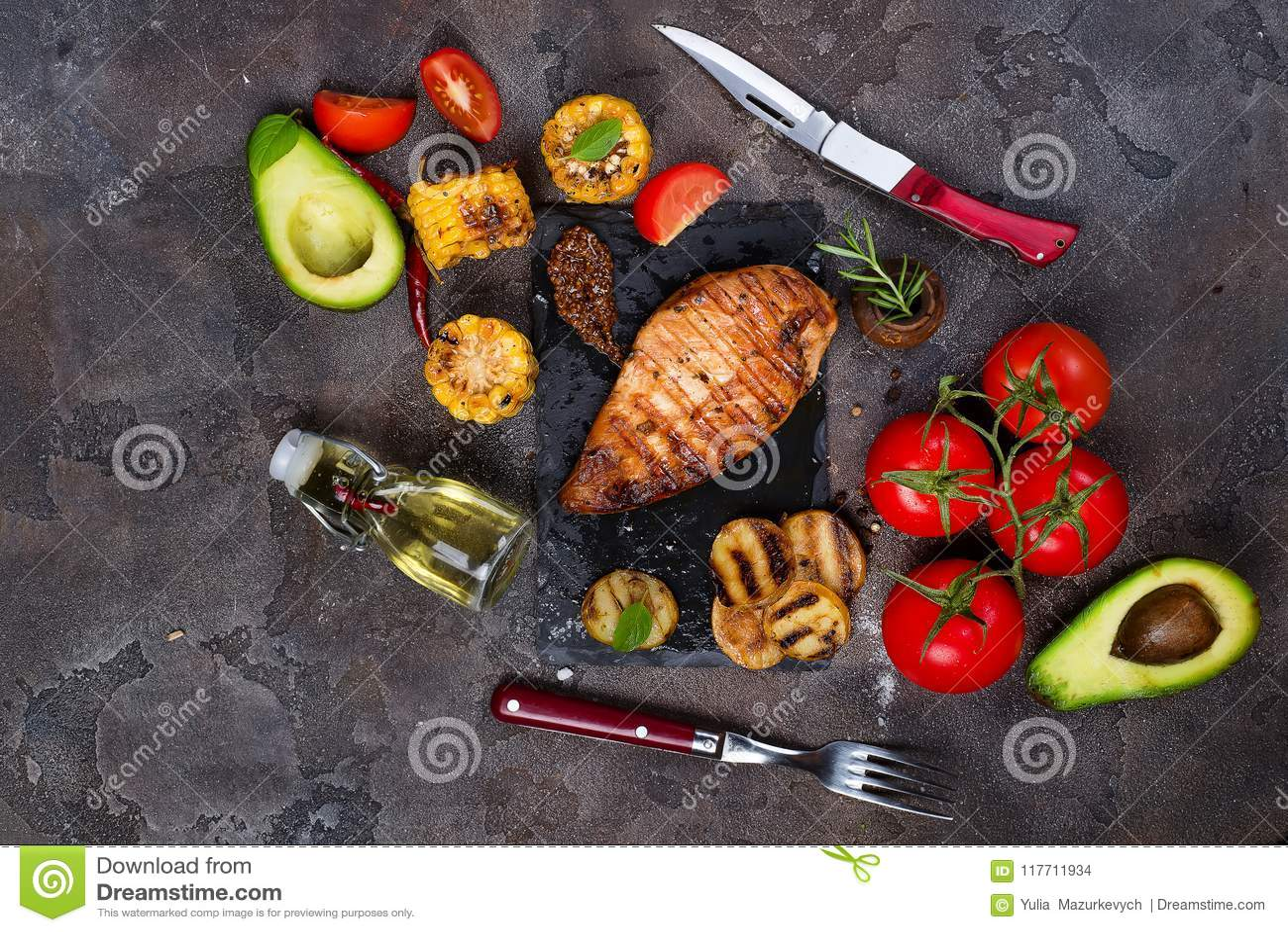 Marynowane piec na grillu zdrowe kurczak piersi gotować na BBQ i słuzyć z świeżym pomidorem, avocado, grulami i kukurudzą,