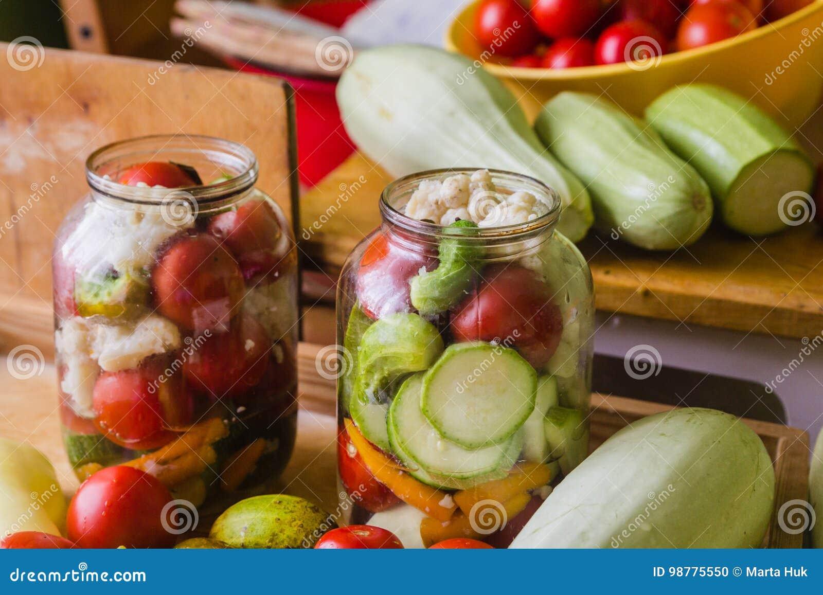 Marynowani świezi warzywa konserwować w butelce