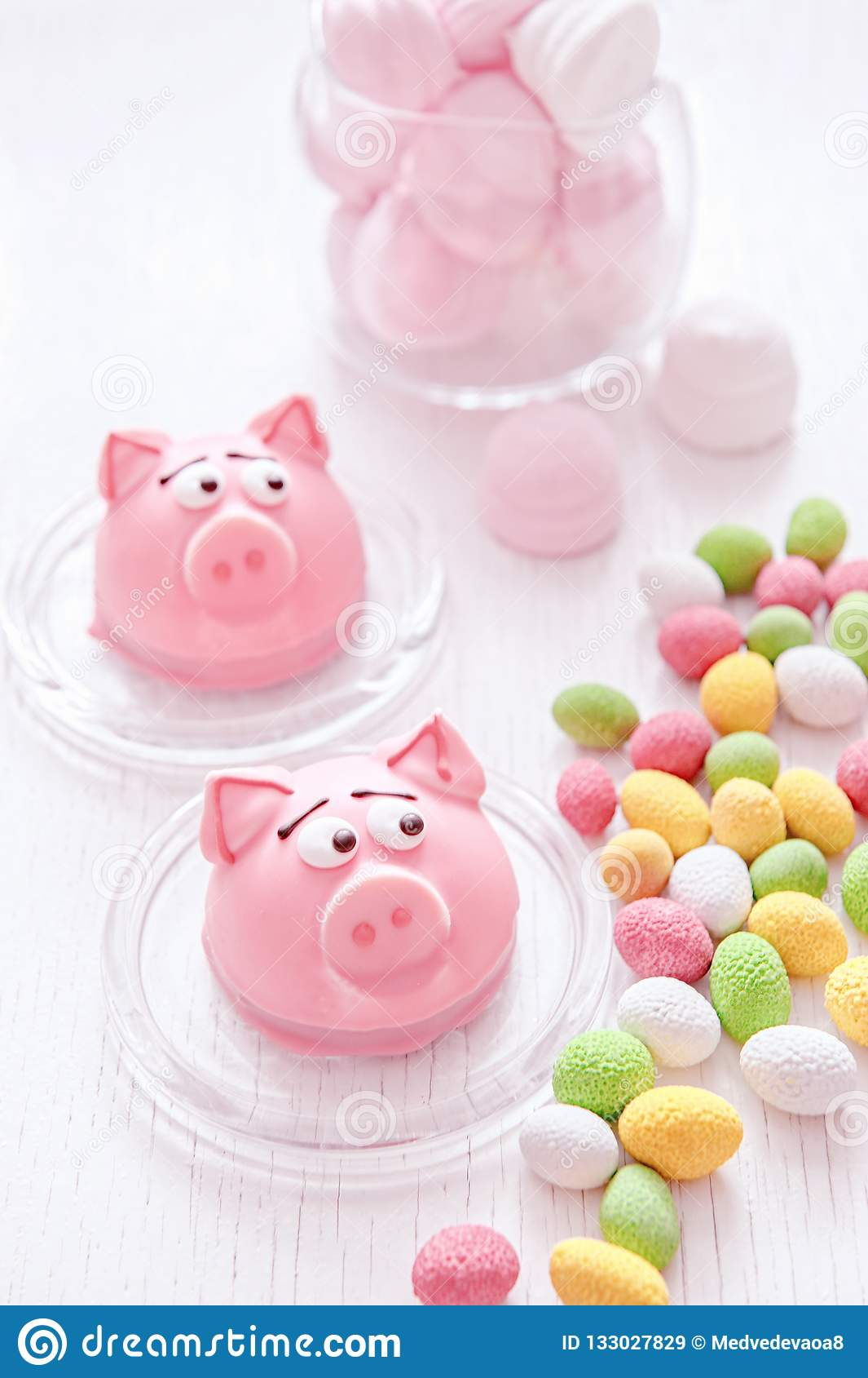 Marzipan in Form des Symbols des neuen Jahres - rosa Schwein, süße empfindliche Makronen, Eibische, Erdnüsse im Zucker