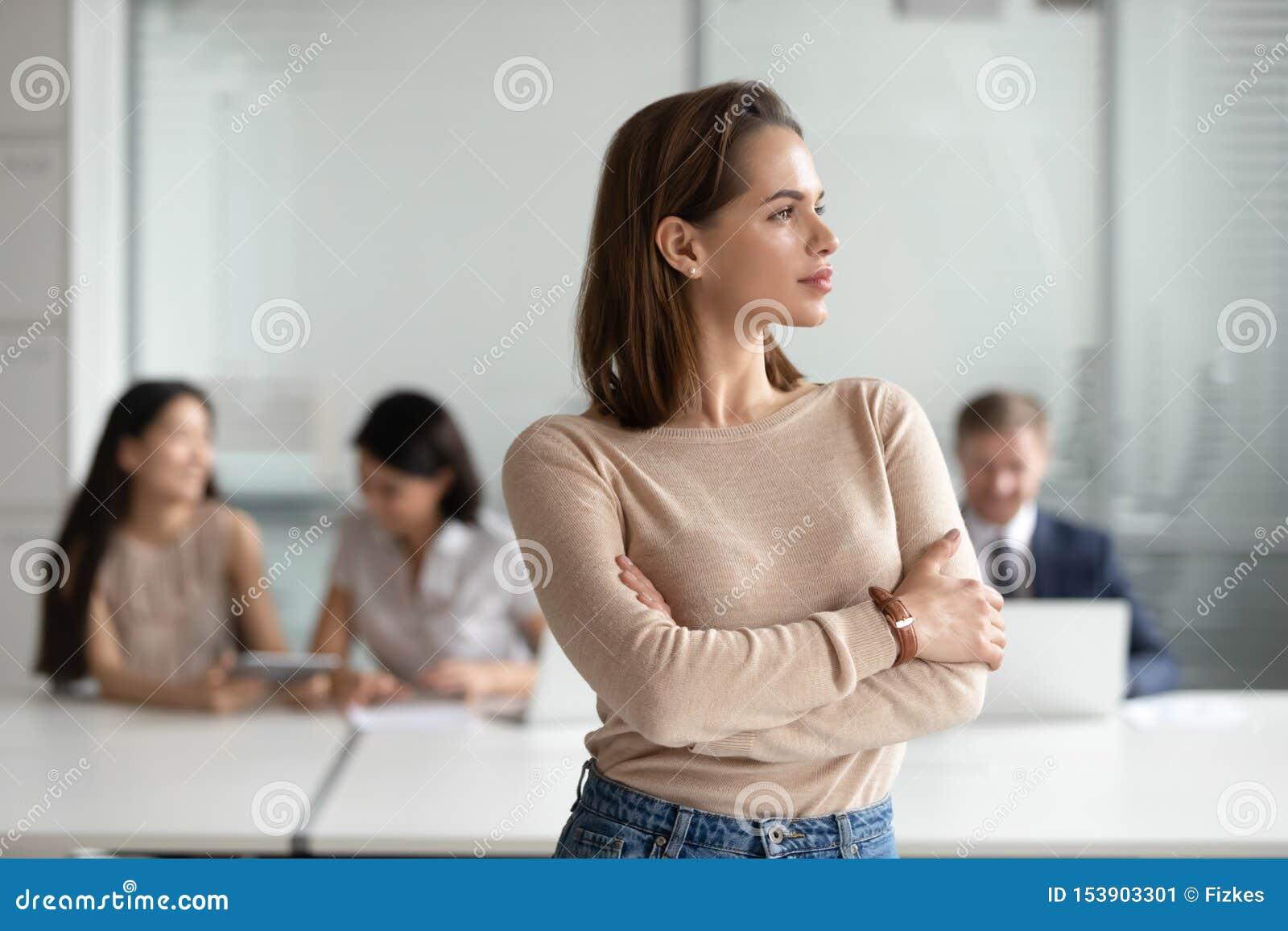 Marzycielski młody biznesowej kobiety fachowy patrzeć daleko od marzący sukces