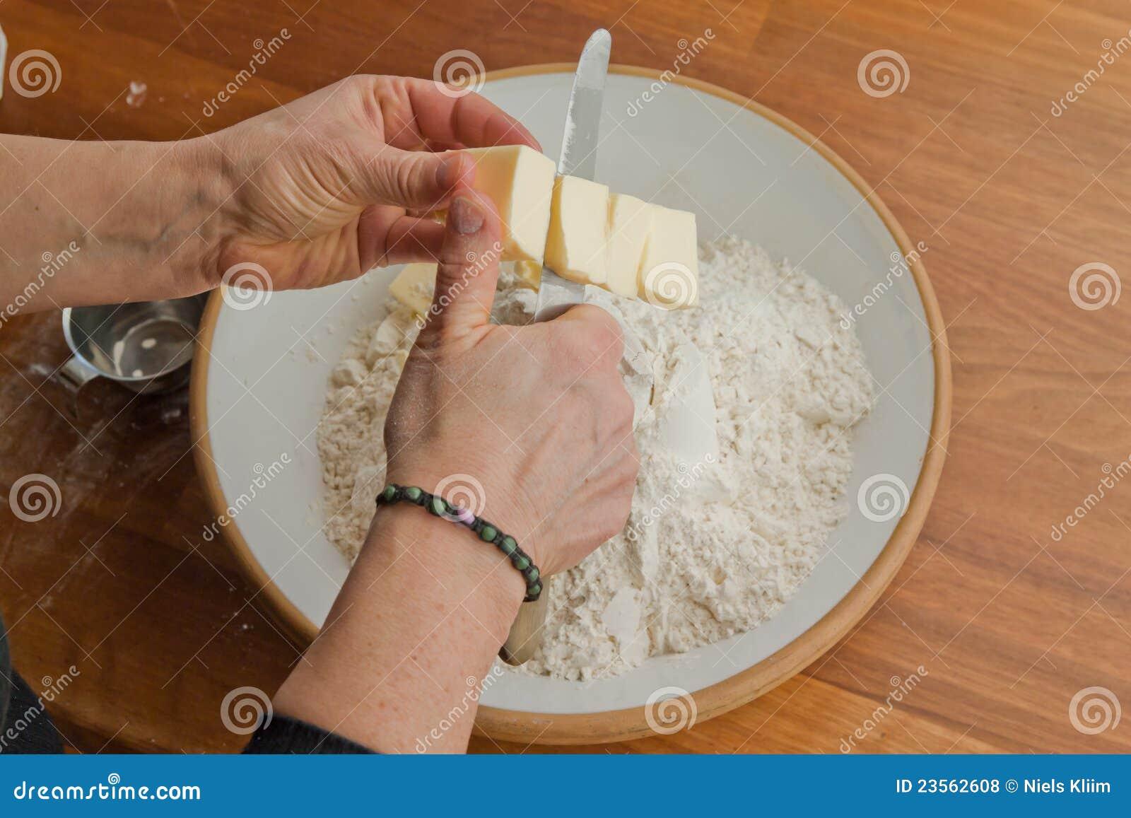 Masła tnąca ręk kobieta