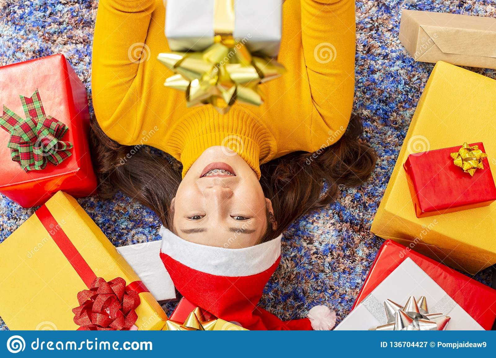 Mas i wakacyjny pojęcie Szczęśliwa kobieta z prezenta pudełkiem Młode kobiety w boże narodzenie nakrętki ręk teraźniejszym zawija