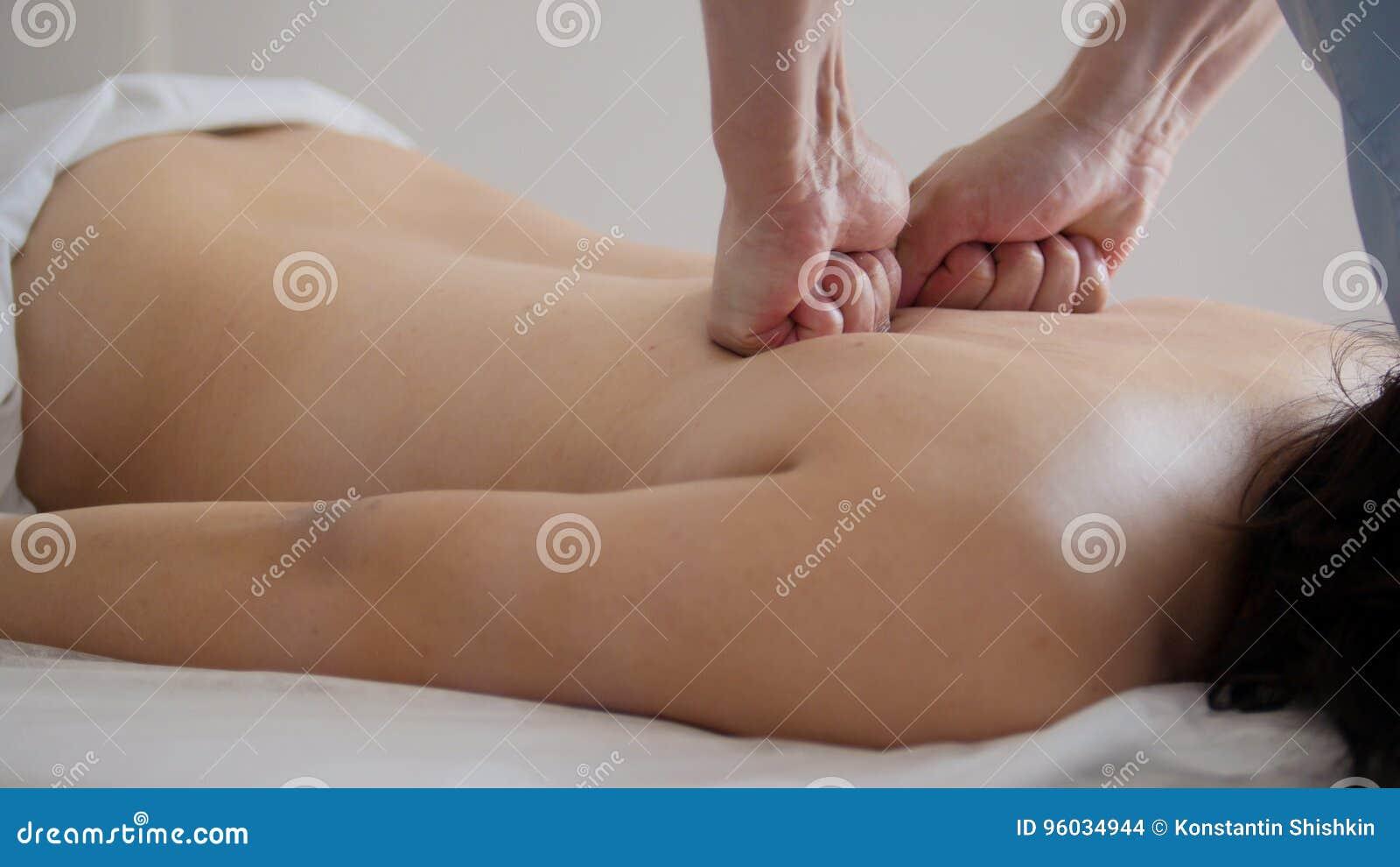 Masaż żeński plecy w fizjoterapia pokoju